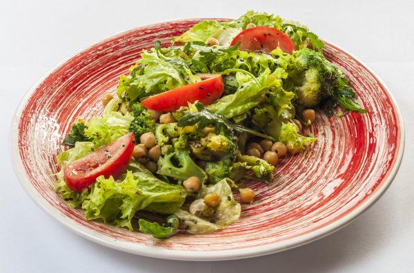 Салат з броколі та нутом | Піццерія мрія