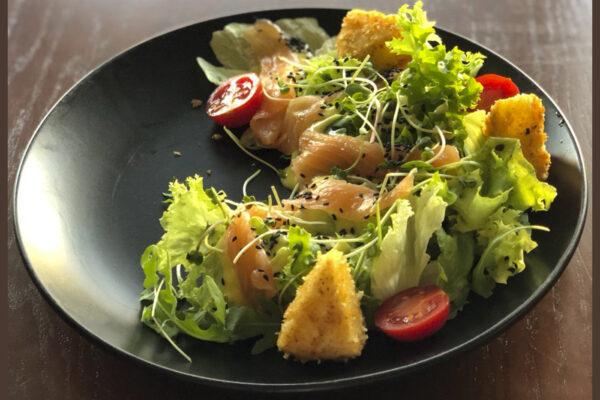 Салат з лососем та смаженим сиром камамбер | Піццерія мрія